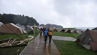 Zeltaufbau im Regen: Über 3400 Cevianerinnen und Cevianer campen derzeit auf zwölf Hektaren im jurassischen Saignelégier. Dominik Beeri
