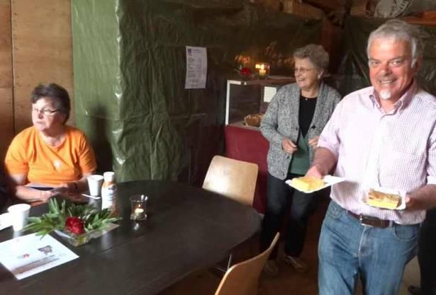 Kurt Aerni von den Organisatoren der 2. Natur- und Kulturwoche Wölflinswil-Oberhof bringt Kuchen zu den Kollegen im Kaffi Fürenand.