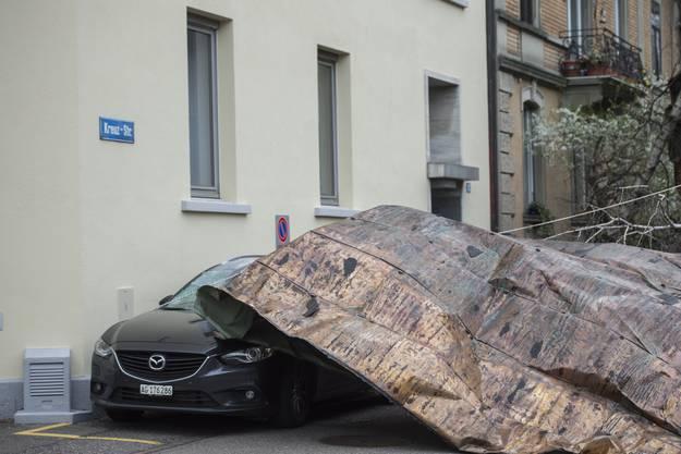 Drei Autos wurden durch das heruntergerissene Dach beschädigt.