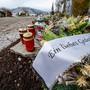 """""""Ein liebes Gedenken"""" steht auf dem Gebinde vom  Trauerkranz auf einem Friedhof. Die Zahl der gemeldeten Todesfälle in Zusammenhang mit dem Coronavirus hat in Deutschland einen neuen Höchststand erreicht. Foto: Armin Weigel/dpa"""