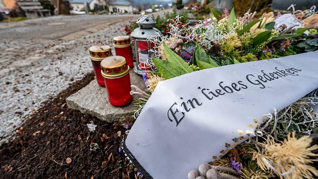 «Ein liebes Gedenken» steht auf dem Gebinde vom  Trauerkranz auf einem Friedhof. Die Zahl der gemeldeten Todesfälle in Zusammenhang mit dem Coronavirus hat in Deutschland einen neuen Höchststand erreicht. Foto: Armin Weigel/dpa