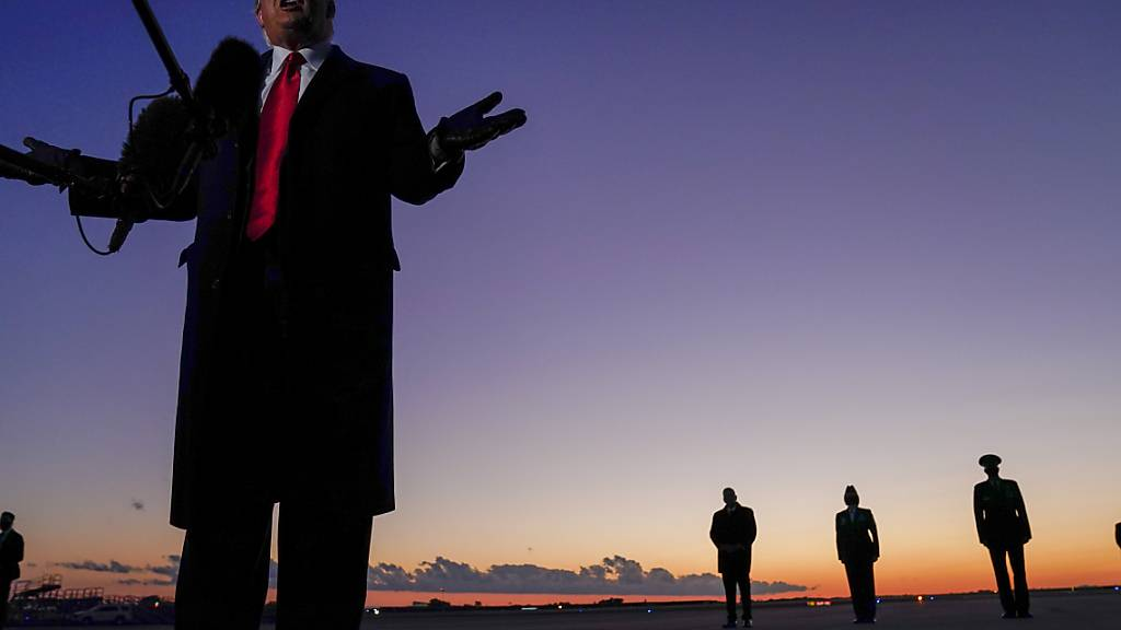 Donald Trump, Präsident der USA, spricht mit Journalisten bei seiner Ankunft am Hickory Regional Airport im US-Bundesstaat North Carolina. Foto: Evan Vucci/AP/dpa