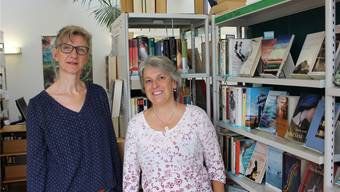 Bibliothekarin Christine Bobst (links) und Leiterin Barbara von Rohr freuen sich auf die anstehende Jubiläumsfeier.