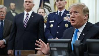 US-Präsident Donald Trump (rechts) hat am Dienstag ein Dekret zur Gründung der Space Force unterzeichnet.