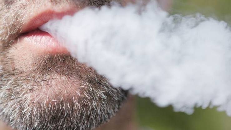 US-Forscher haben in einer 2-jährigen Studie die Schädlichkeit von E-Zigaretten bewiesen: Dampfer haben eine um 30 Prozent erhöhte Wahrscheinlichkeit, an einer Lungenkrankheit zu erkranken. Bei Tabakrauchern ist die Gefahr bedeutend höher: Die Wahrscheinlichkeit steigt um 150 Prozent. (Symbolbild)