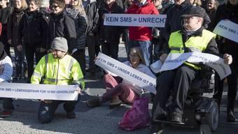 Während des Sirenentests vor einem Jahr protestierte der SBG-FSS auf dem Bundesplatz: Nach wie vor riskierten gehörlose Menschen ihr Leben, weil sie vom Sirenenalarm und den Informationen im Radio ausgeschlossen seien. (Archiv)