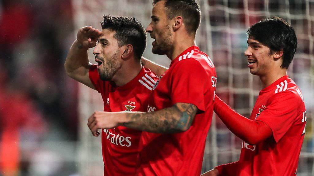 Haris Seferovic (Mitte) feiert mit Pizzi (links) und Joao Felix einen von vielen Toren gegen Nacional Funchal