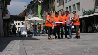 Projektleiter und Bauverantwortliche prüfen die Pläne für den letzten Schliff in der neuen Weiten Gasse.