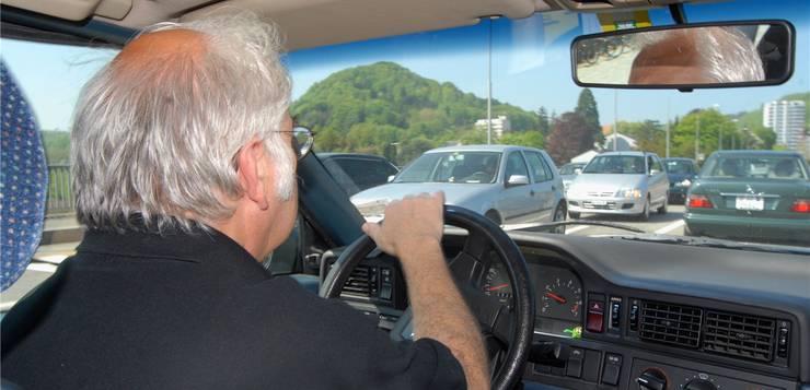 Senioren am Steuer sind seit einigen Jahren ein Politikum. Bei der Fahrtauglichkeitsprüfung kann der Hausarzt zum Vertrauensarzt werden. Walter Schwager/Archiv az