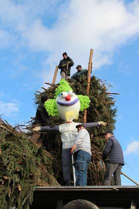 Schon seit den frühen Morgenstunden sind die Helfer dran den Holzstoss für den Böögg zu bauen,