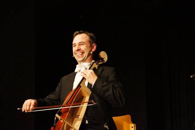 Im Duell hat der eine kurzerhand das Cello des anderen in der Mitte zersägt