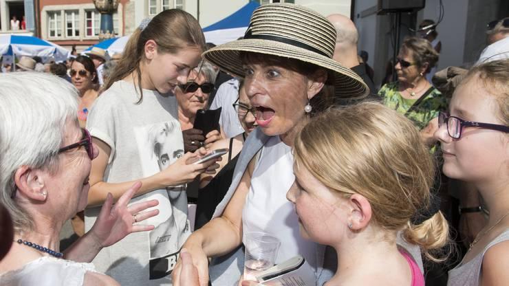 Leuthard im Gespräch mit einer Frau in Lenzburg.