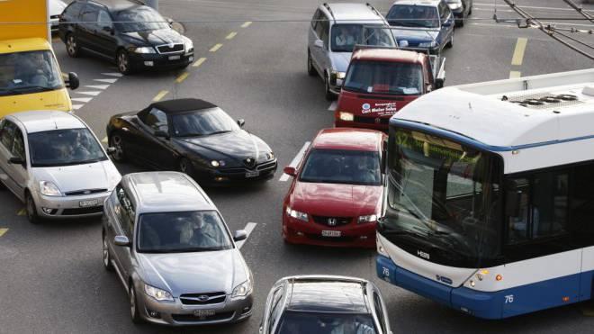 Häufiges Bild in Zürich: Busse und Autos stecken im Stau fest. Foto: Keystone/Steffen Schmidt
