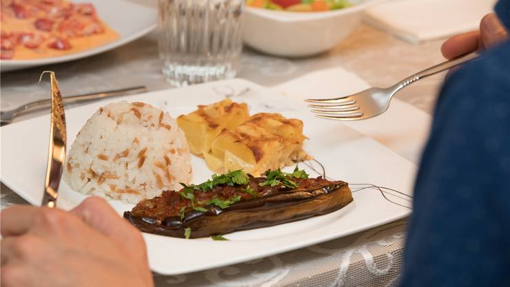 Auberginen-Tomaten- Gericht mit Reis und Kartoffelgratin.