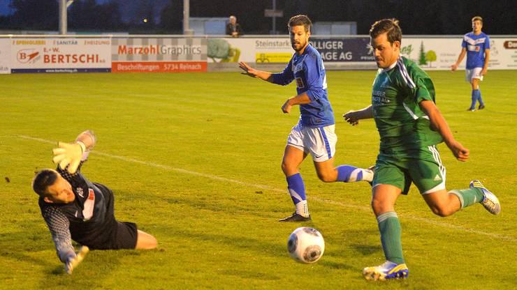Ivo Della Rossa schiesst das 1:1 gegen Goalie Thomas Muntwiler.