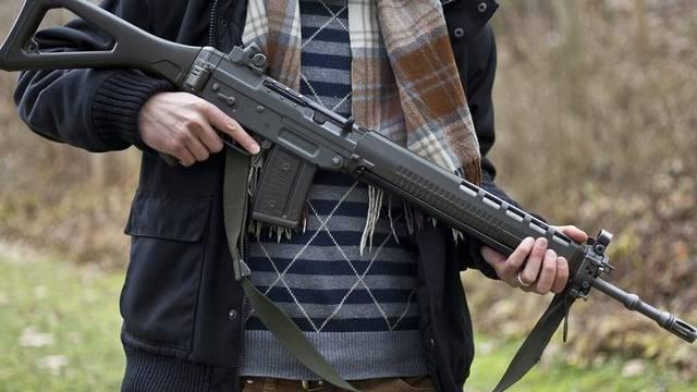 Ein Mann posiert mit einem Sturmgewehr 90 der Armee (gestellte Aufnahme)