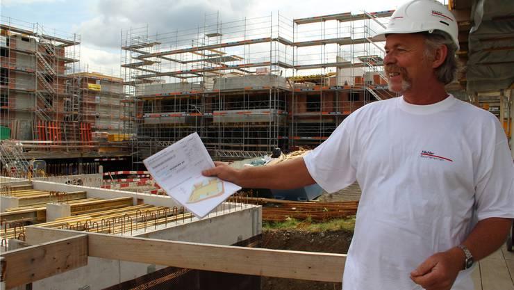 Markus Suter hält auf der Baustelle alle Fäden zusammen. AZ