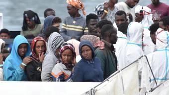 Flüchtlinge auf einem Rettungsboot im italienischen Hafen von Catania. (Archiv)