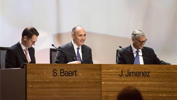 Hat gut lachen: 2016 erhielt Novartis-CEO Joe Jimenez (Mitte) einen Lohn von 10,6 Millionen Franken.