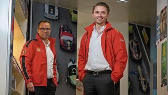 Lorenz Burkart (links) und Julian Weber am Schweizer Sitz von Shell in Baar.