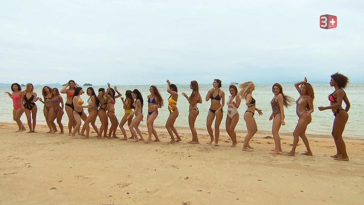 Die 21 Frauen der aktuellen «Bachelor»-Staffel tanzen am Strand von Koh Samui
