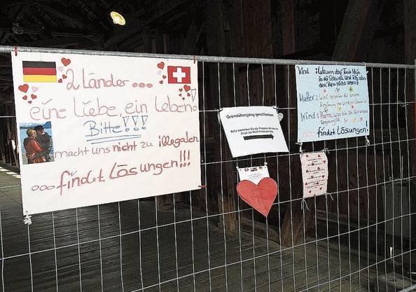 An den Grenzzäunen – hier in Bad Säckingen – haben Paare ihren Protest gegen das verordnete Getrenntsein deponiert.