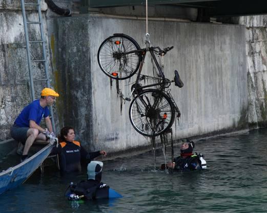 Auch Velos findet man immer wieder im Wasser