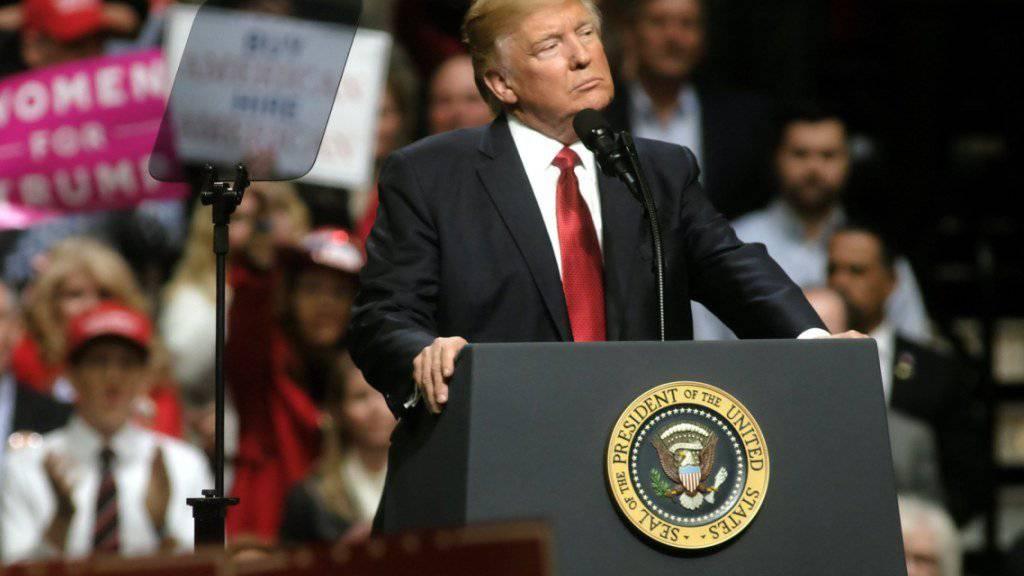 """US-Präsident reagierte bei einem Auftritt in Nashville, Tennessee auf das Urteil, das auch sein zweites Einreiseverbot für Menschen aus mehreren islamischen Ländern blockierte:  """"Dies ist nach Meinung vieler eine nie da gewesene Überregulierung der Justiz"""", sagte er."""