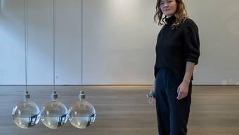 """Die deutsche Künstlerin Katja Aufleger neben ihrem schön-gefährlichen Werk """"NEWTON'S CRADLE"""" im Museum Tinguely Basel."""