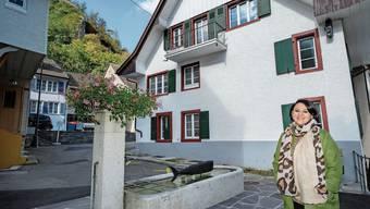 Gemeindepräsidentin Andrea Kaufmann freut sich über mehrere erfolgte Häusersanierungen in ihrem Stedtli wie hier am Törliplatz.