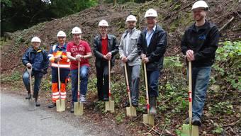 Da freut sich der Münchwiler Gemeindeammann Willy Schürch (Zweiter von rechts): Spatenstich für das neue Reservoir mit Planer, Baufachleuten, weiteren Behördemitgliedern und Gemeindevertretern. – Foto: chr