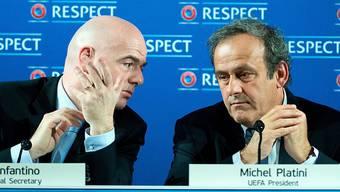 UEFA-Generalsekretär Gianni Infantino bespricht sich mit UEFA-Präsident Michel Platini