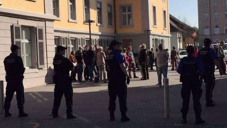 Beim ersten Gerichtstermin im April musste die Polizei einschreiten. (Archiv)