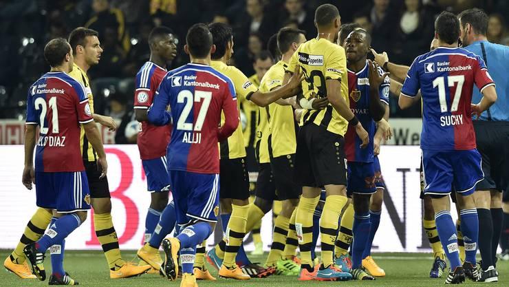 Hitzige Diskussionen im Fussball Super League Spiel am Samstag auch zwischen den Spielern.