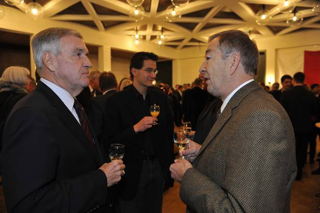 Robert Gerber unterhält sich an der Kantonspräsidentenfeier für den Grenchner Peter Brotschi mit Bürgergemeindepräsident Franz Schilt