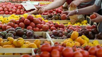 Gegner und Befürworter der Landwirtschaftsinitiativen streiten über die Frage, ob die Auswahl bei einem Ja grösser oder kleiner würde. Das Stimmvolk entscheidet am 23. September. (Symbolbild)