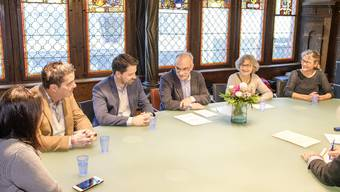 Am Tisch im Rathaus von links: Daniel Muri, Daniel Spinnler, Franz Kaufmann, Marie-Theres Beeler und Regula Nebiker.