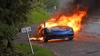 Flammen am frühen Morgen: Wohl wegen eines technischen Defekts brannte ein Auto bei Lungern OW aus - die zwei Insassen wurden nicht verletzt. (Bild Kantonspolizei Obwalden)