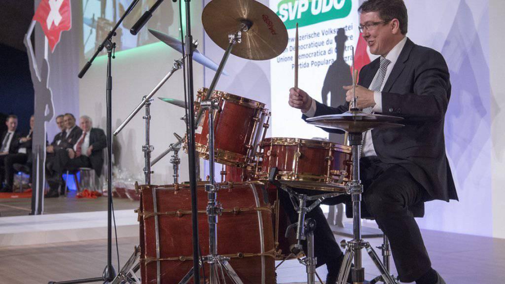 Der neugewählte SVP-Parteipräsident Albert Rösti begrüsste die Delegierten am Samstag mit einem Schlagzeugsolo.