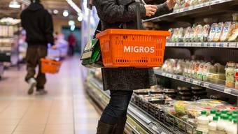 In den Einkaufskörben der Kunden landen vermehrt Lebensmittel in Konserven.