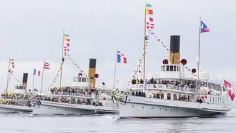 """Die Dampfschiffe """"Vevey"""", """"Simplon"""", """"Suisse"""", """"Rhône"""" und """"Savoie"""" präsentieren sich bei einer Parade auf dem Genfersee."""