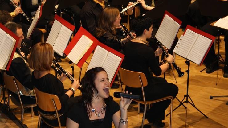 Nita interpretiert mit dem Musikverein Perlen der Filmmusik. Foto. GRH