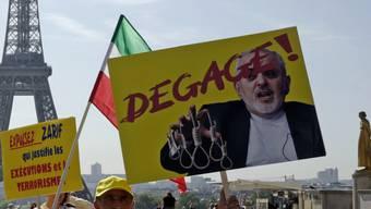 In Europa nicht überall beliebt: Iranische Exil-Oppositionelle demonstrieren in Paris gegen den iranischen Aussenminister Sarif (Aufnahme vom 23. August).