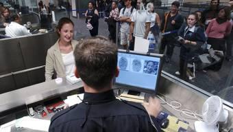 Vielleicht müssen gewisse USA-Reisende bald nicht mehr nur die Fingerabdrücke hinterlegen, sondern auch die Daten auf ihrem Handy durchwühlen lassen. (Archiv)