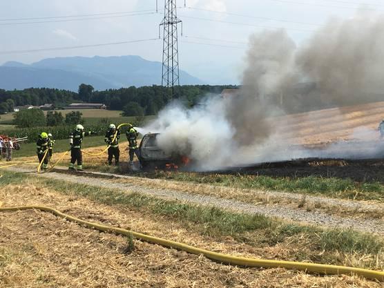 Sins, 25. Juli: Ein auf einem Weizenfeld abgestelltes Fahrzeug geriet in Brand.