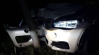 Der 30-jährige kam von der Strasse ab und prallte frontal in einen Kandelaber. Am BMW X6 entstand beträchtlicher Sachschaden.