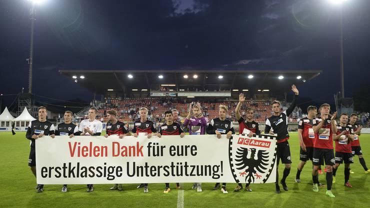 Die FCA-Spieler bedanken sich bei den Fans.