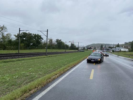 Holderbank AG, 26. September: Ein Personenwagen gerät auf die Gegenfahrbahn und kollidierte frontal-seitlich mit einem entgegenkommenden Fahrzeug. Durch den Aufprall rutschte ein Fahrzeug in die Nähe der Bahngeleise.