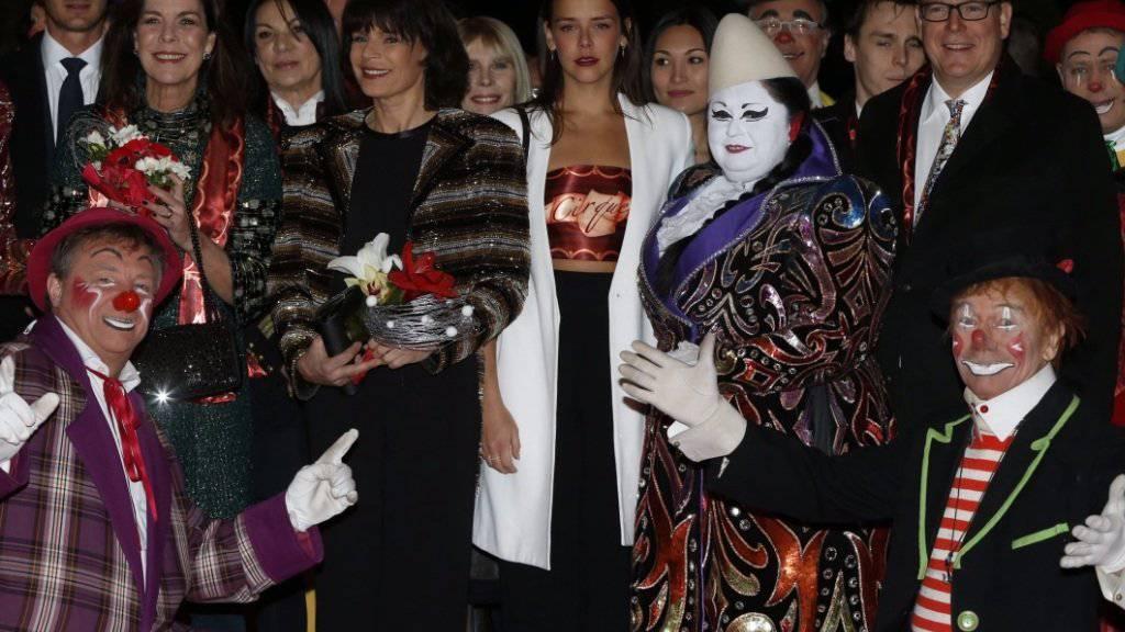 Stéphanie von Monaco (6.v.l.) hat von ihrem Bruder Albert II. (3.v.r.) für ihre Verdienste ums Zirkus-Festival einen Preis erhalten (Bild dpa).