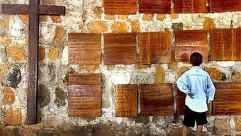 Gedenktafeln erinnern an Opfer des Massakers von El Mozote (1981)
